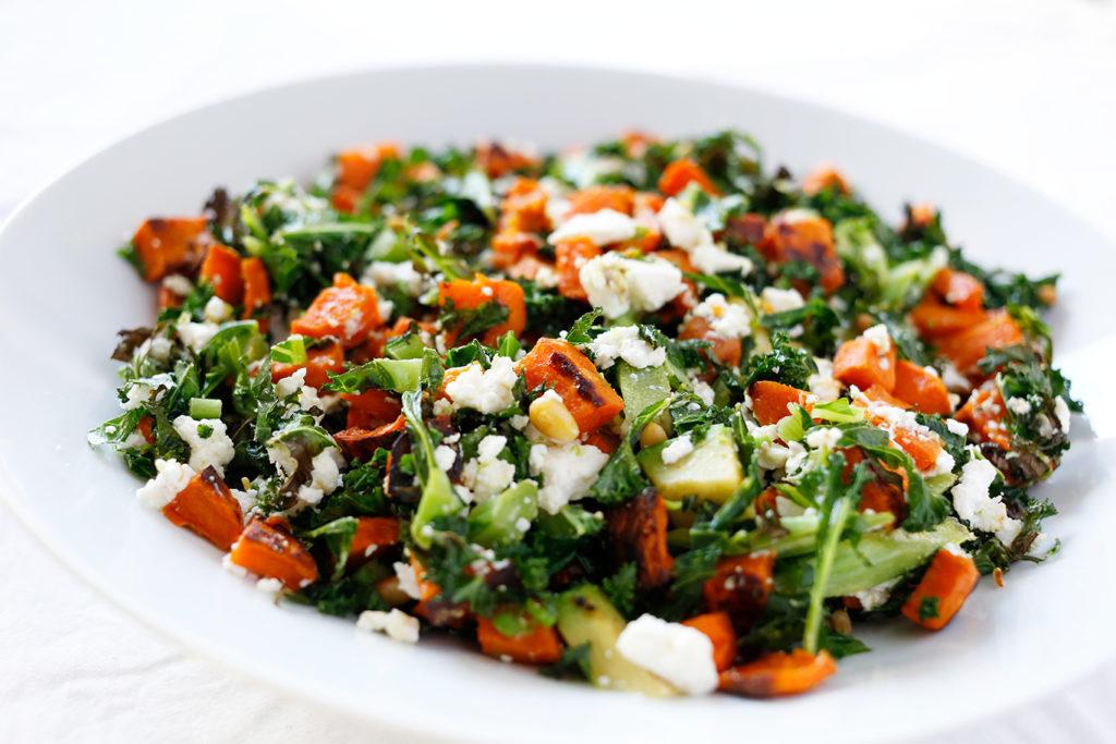 Lun salat med søtpotet, grønnkål & fetaost